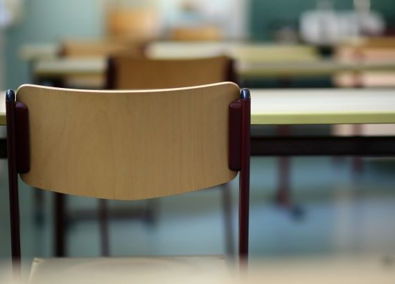 Personal bort när skolan tvingas spara 100 miljoner